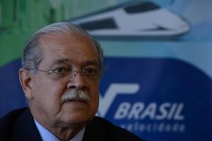 O ministro dos Transportes, César Borges, explica na segunda-feira (12) adiamento, em um ano, da primeira etapa do leilão do trem de alta velocidade (TAV) (Foto: Fabio Rodrigues Pozzebom/ABr)