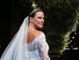Letícia Birkheuer desfila vestida de noiva em São Paulo