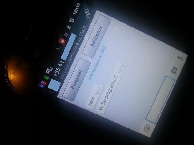 Mensagem no celular recebida por estudante de Brasílai que teve nome colocado em lista falsa de supostas garotas de programa (Foto: Raquel Morais/G1)