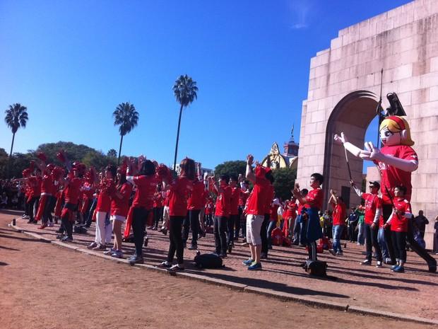 Coreanos na redenção em Porto Alegre (Foto: Fernanda Canofre/G1)