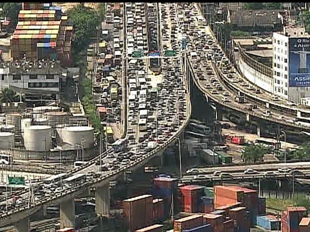 Excesso de veículos deixou saída da Ponte parada (Foto: Reprodução/TV Globo)