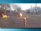 Vizinhos de mulher morta a facadas na frente da família fazem protesto