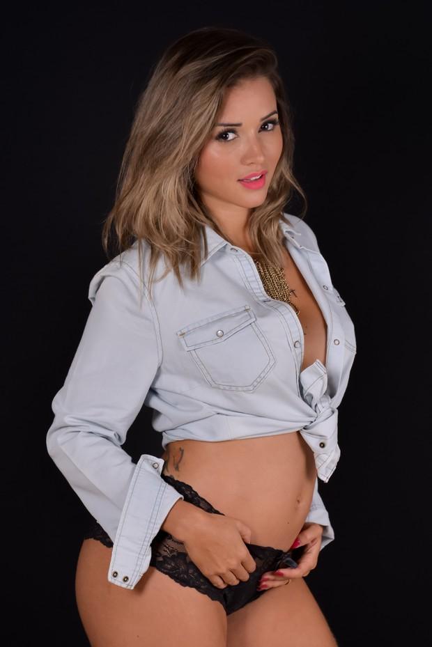 Grávida, Aryane Steinkopf mostra barriga em ensaio (Foto: Divulgação / Renata Almeida)
