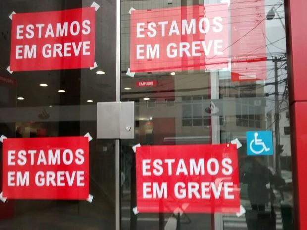 Bancários estão em greve em Mogi das Cruzes (Foto: Maiara Barbosa/G1)