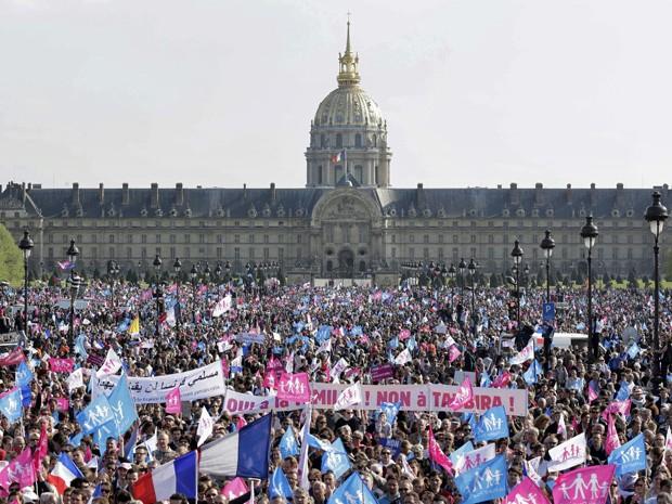 Protesto reuniu cerca de 50 mil manifestantes contra o casamento entre pessoas do mesmo sexo neste domingo (21), em Paris (Foto: Jacky Naegelen/Reuters)