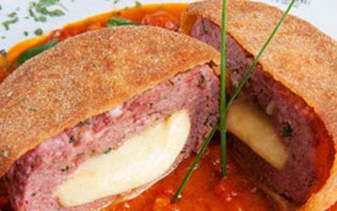 Polpettone de carne e bacon com recheio de queijo coalho
