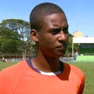 Lucas Franco, lateral-esquerdo do São Carlos (Foto: Paulo Chiari/EPTV)