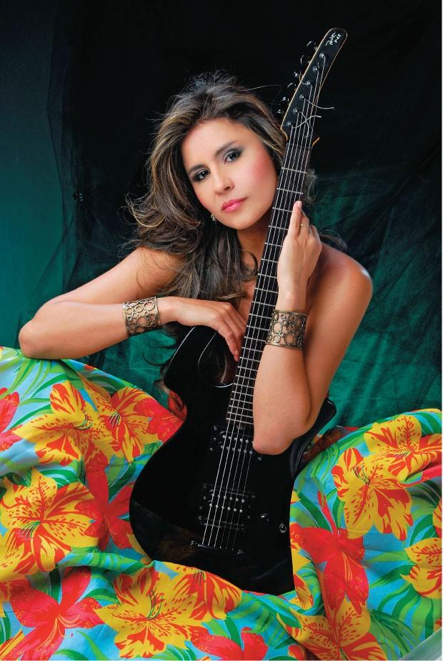 A MUSA Lia Sophia  posa com sua guitarra. Ela diz que seu estilo  é o carimbó modernizado   (Foto: divulgação)