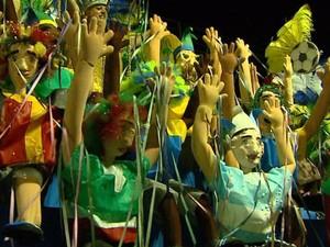 Corte do Carnaval fez homenagem à Copa do Mundo no Brasil em Rio Claro (Foto: Marlon Tavoni/EPTV)