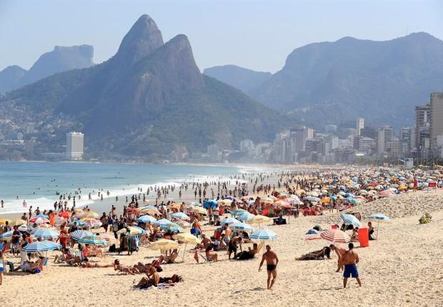 Praia lotada durante primeiro sábado olímpico no Rio (Foto: EFE/EPA/BARBARA WALTON)