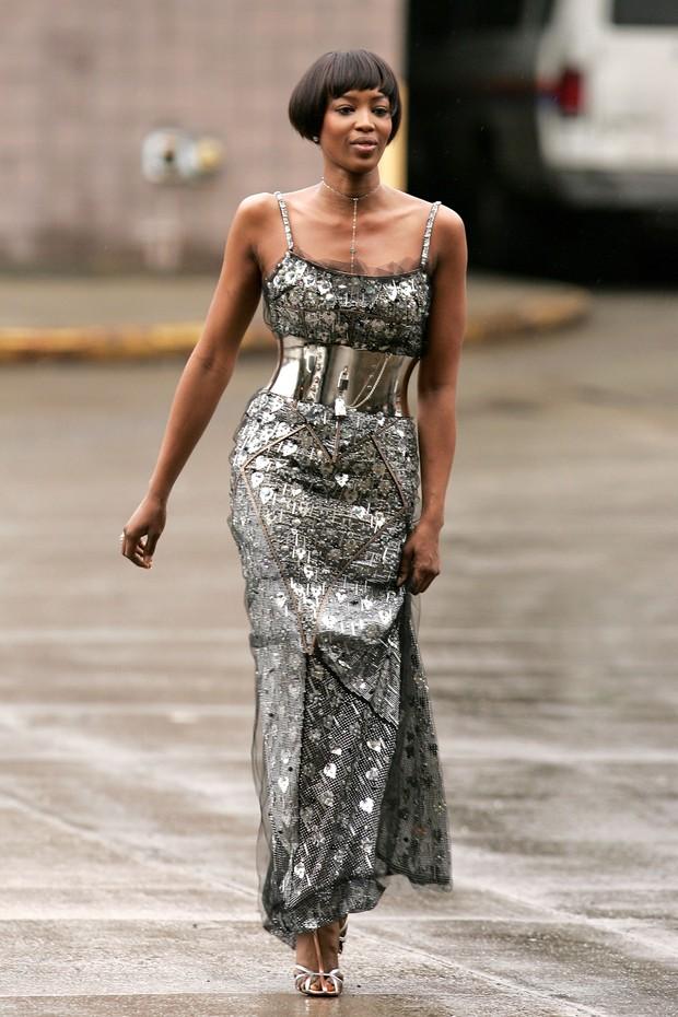 Naomi Campbell: serviço comunitário de longo Dolce e Gabbana (Foto: Getty Images)