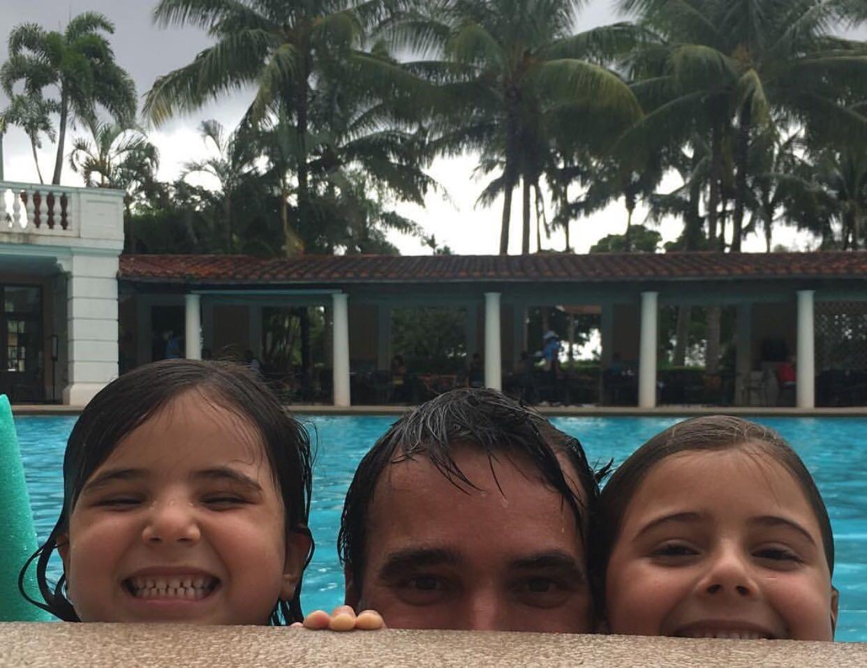 Marido da Patricia Maldonado com as filhas (Foto: Arquivo Pessoal)