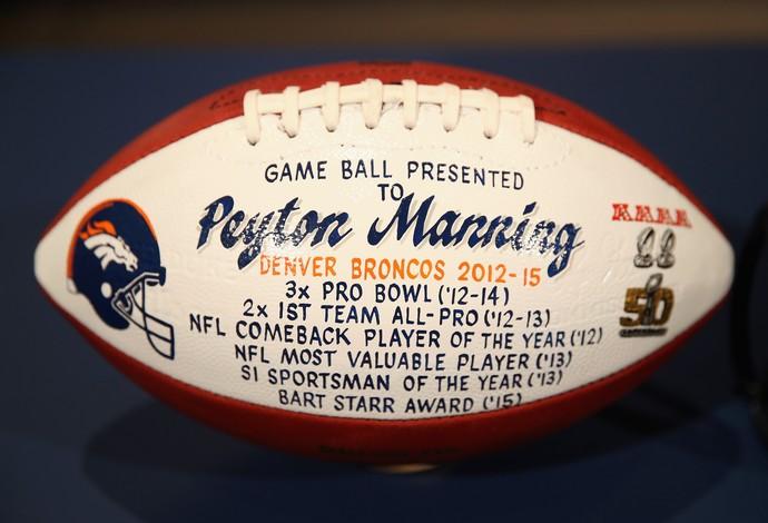 Bola entregue pela NFL a Peyton Manning com marcas históricas de sua carreira (Foto: Getty Images)