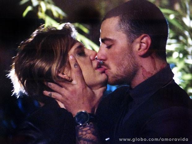 Olha a química entre Edith e Wagner... Ui! (Foto: Amor à Vida/ TV Globo)