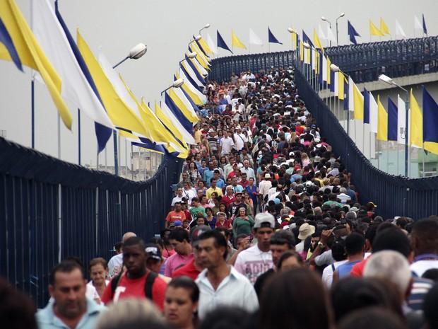 Fiéis caminham em passarela do Santuário Nacional de Aparecida (Foto: Carlos Santos/G1)