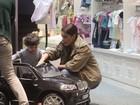 Juliana Paes se diverte com filho caçula em shopping do Rio