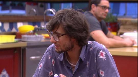 Pedro revela dificuldade para comprar roupa: 'Não fazem para gente alta'