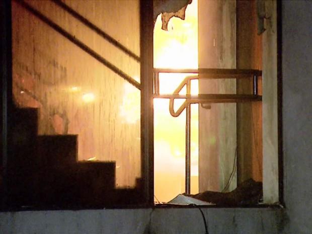 Segundo tenente do Corpo de Bombeiros Eric Cocce, o interior da empresa foi praticamente todo destruído pelas chamas. (Foto: Fabio Junior/EPTV)