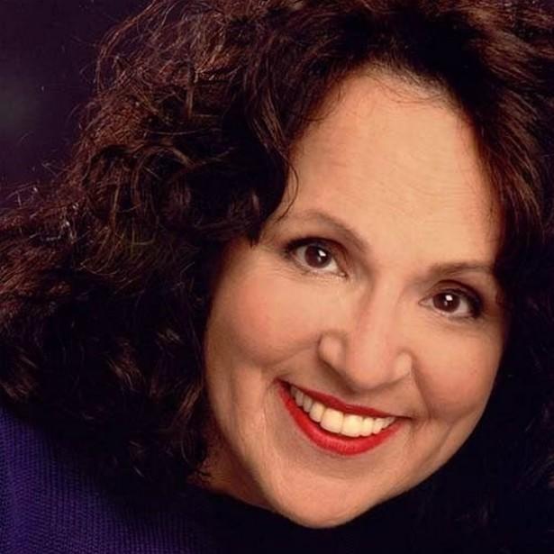 Carol Ann Susi (1952-2014) — A atriz fazia a voz da mãe de Howard Wolowitz (Simon Helberg) na sitcom 'The Big Bang Theory' e faleceu aos 62 anos por causa de um câncer. Ela já havia trabalhado em seriados como 'Grey's Anatomy', 'Ugly Betty' (2006–2010), 'That '70s Show' (1998–2006), 'Sabrina, a Aprendiz de Feiticeira' (1996–2003) e 'Seinfeld' (1989–1998). (Foto: Divulgação)