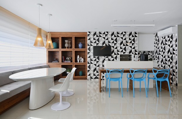 espaço-gourmet-parede-revestimento-estampado-cadeiras-azuis-nichos-madeira-pendentes.jpg (Foto: Marcus Camargo/Divulgação)