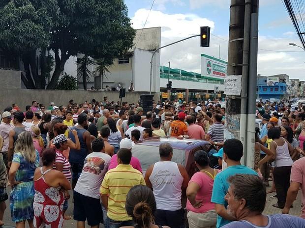 Centenas de pessoas ocupam a Rodovia do Sol, no bairro Aeroporto (Foto: Arquivo Pessoal/ Warley Rangel)