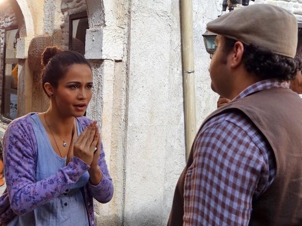 Morena pede ajuda de Demir (Foto: Salve Jorge/TV Globo)