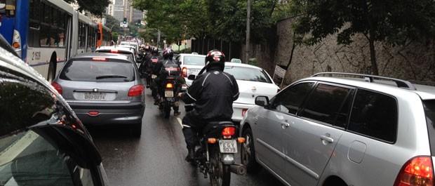Motorista fica parado na Av. Nove de Julho, sentido Centro (Foto: Letícia Macedo/G1)