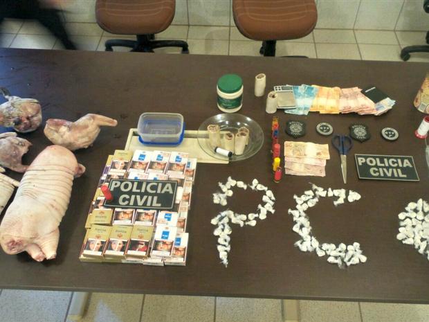 Polícia apreendeu dinheiro, cigarros, drogas, material para embalar entorpecentes e animal silvestre (Foto: Divulgação Polícia Civil )