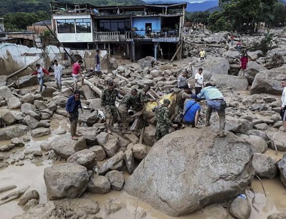 Soldados carregam uma das vítimas do deslizamento de terra em Mocoa, no estado de Putumayo, sul da Colômbia. A chuvas na região levaram à tragédia que soma ao menos 112 mortos. (Foto: HO / EJERCITO DE COLOMBIA / AFP)