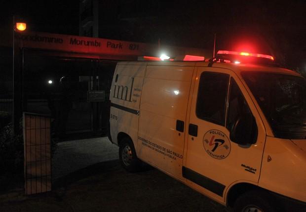 Carro do IML no edifício onde morava Champignon (Foto: Francisco Cepeda/AgNews)