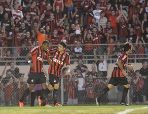 Jogadores do Atlético-PR comemoram gol na Vila Capanema (Foto: Site oficial do Atlético-PR/Divulgação)