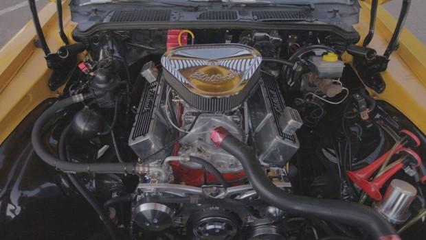 Motor 6.2 se passa por um 5.7 nos emblemas e está associado a um automático neste Camaro (Foto: Reprodução)