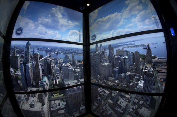 Projeção de vídeo mostrada no elevador que leva ao mirante do One World Trade Center (Foto: Mike Segar/Reuters)