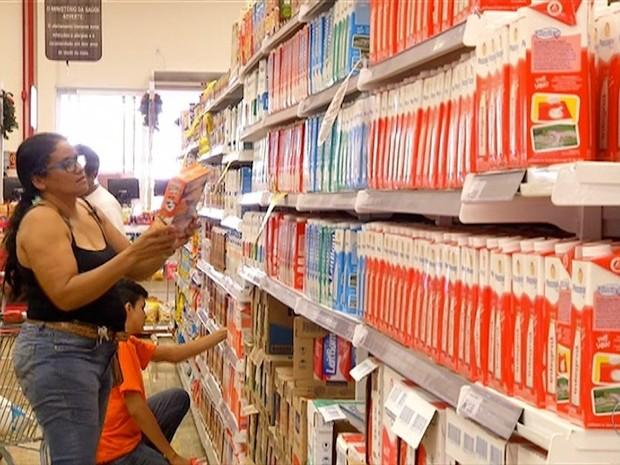 Preço do leite apresenta redução nos supermercados de Palmas (Foto: Reprodução/TV Anhanguera)