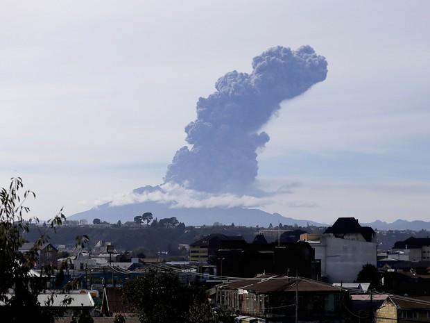 Vulcão Calbuco no Chile tem nova erupção (Foto: Carlos Vera/AFP)