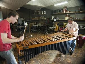 Masteguim e professor tocam as teclas de percussão (Foto: Kazuo Watanabe/Conservatório de Tatuí)