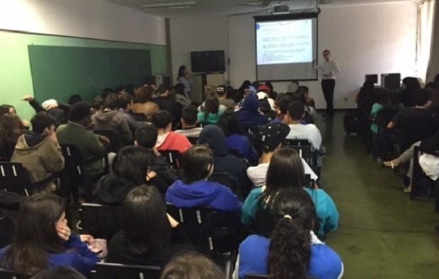Felipe Neves dá aula de Constituição Brasileira em escolas públicas de SP (Foto: Divulgação Constituição nas Escolas)