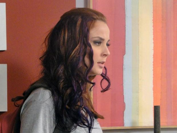 Débora chega em casa com os cabelos roxos e causa espanto em Laura (Foto: Malhação / Tv Globo)