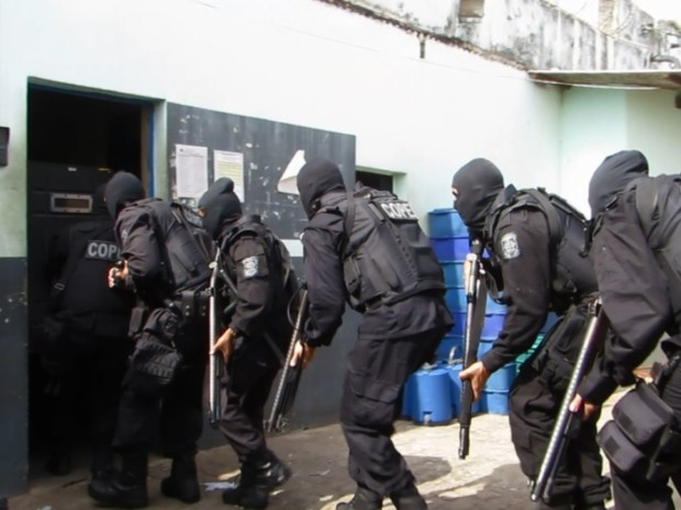 Agentes da Seap e policiais civis reforçam segurança no Presídio de Passos (Foto: Reprodução EPTV)