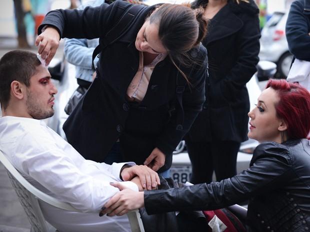 Josie Pessoa ajuda Daniel Rocha com maquiagem de machucado (Foto: Raphael Dias / Gshow)