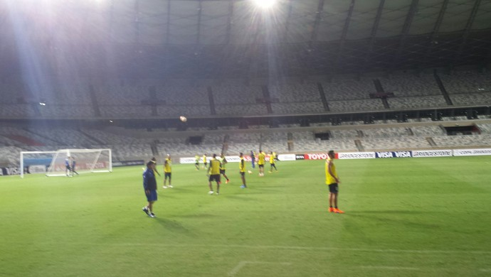 Jogadores do Mineros de Guayana fazem treinamento no Mineirão para jogo da Libertadores (Foto: Marco Astoni)