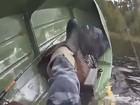 Pescador vira barco ao puxar peixe em lago na Rússia