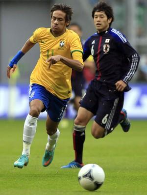 Neymar brasil Atsuto Uchida japão (Foto: Agência Reuters)