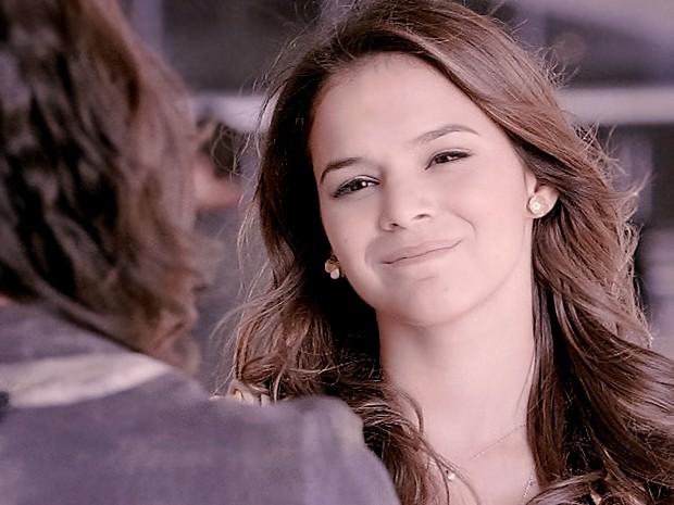 Luiza não aceita provocação e bate boca com Verônica (Foto: Em Família/TV Globo)