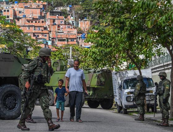 Exército em favela do no Rio (Foto: Apu Gomes/AFP)