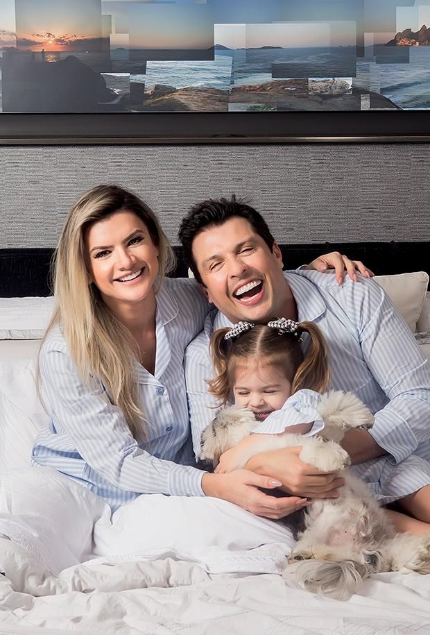 """A família e o cachorro Pupi  fazem festa na cama: """"Ela  é muito sorridente, como  eu, nas fotos"""", conta Ceará   (Foto:  )"""