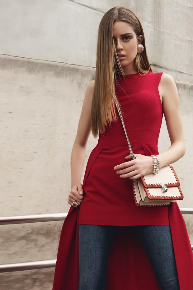 Karen Anderson usa vestido, R$ 1.969, Fedra; calça, R$ 232, Forum. Bolsa, R$ 8.790, Fendi; brinco, a partir de R$ 2.530, Chanel; pulseiras, a partir de R$ 6.530, e anel, R$ 27.200, tudo H.Stern (Foto: Higor Bastos)