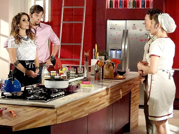Chayene encara Socorro, sua personal colega e cozinheira de araque (Foto: Cheias de Charme / TV Globo)