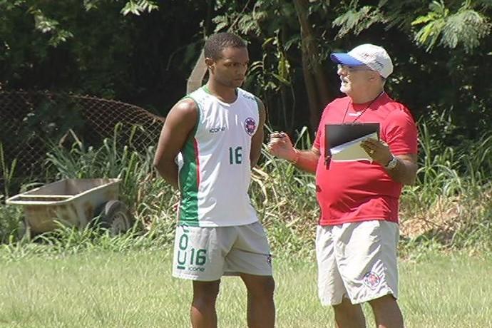 Treinador comandou treino na sexta-feira e comanda a equipe no módulo II (Foto: Reprodução / InterTV dos Vales)