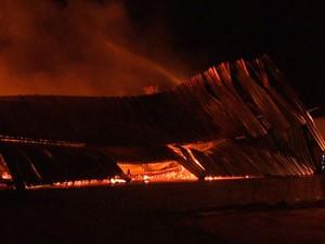 Incêndio destrói fábrica de bijuterias em São Carlos (Foto: Rodrigo Sargaço/EPTV)
